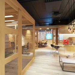 El espacio de coworking Madero de Sheraton Buenos Aires está decorado con preeminencia de madera.