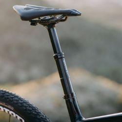 A diferencia del tubo convencional que podemos encontrar en casi todas las bicicletas, la tija telescópica permite bajar el asiento hasta una altura mínima y después volverlo a subir a su posición inicial con solo presionar un botón del manubrio.