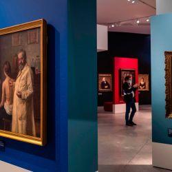 Se exhiben retratos de empresarios y profesionales judíos alemanes durante una vista previa para la prensa de la nueva exposición principal del Museo Judío de Berlín  | Foto:JOHN MACDOUGALL / AFP
