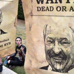 Personas con carteles con una imagen del presidente de Bielorrusia, Alexander Lukashenko, apoyan a los trabajadores en huelga del fabricante de electrodomésticos Atlant en el décimo día de protestas por las disputadas elecciones presidenciales del país en Minsk. | Foto:Sergei Gapon / AFP