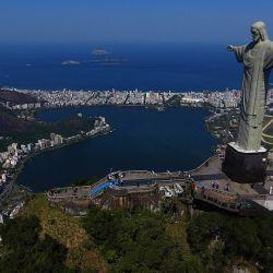 Vista de dron de la estatua del Cristo Redentor durante el día de reapertura de atracciones turísticas, en Río de Janeiro, Brasil, en medio de la pandemia del nuevo coronavirus COVID-19. | Foto:FABIO MOTTA / AFP