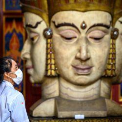 Un visitante mira artefactos en el Museo Nacional de Bangkok. | Foto:Mladen Antonov / AFP