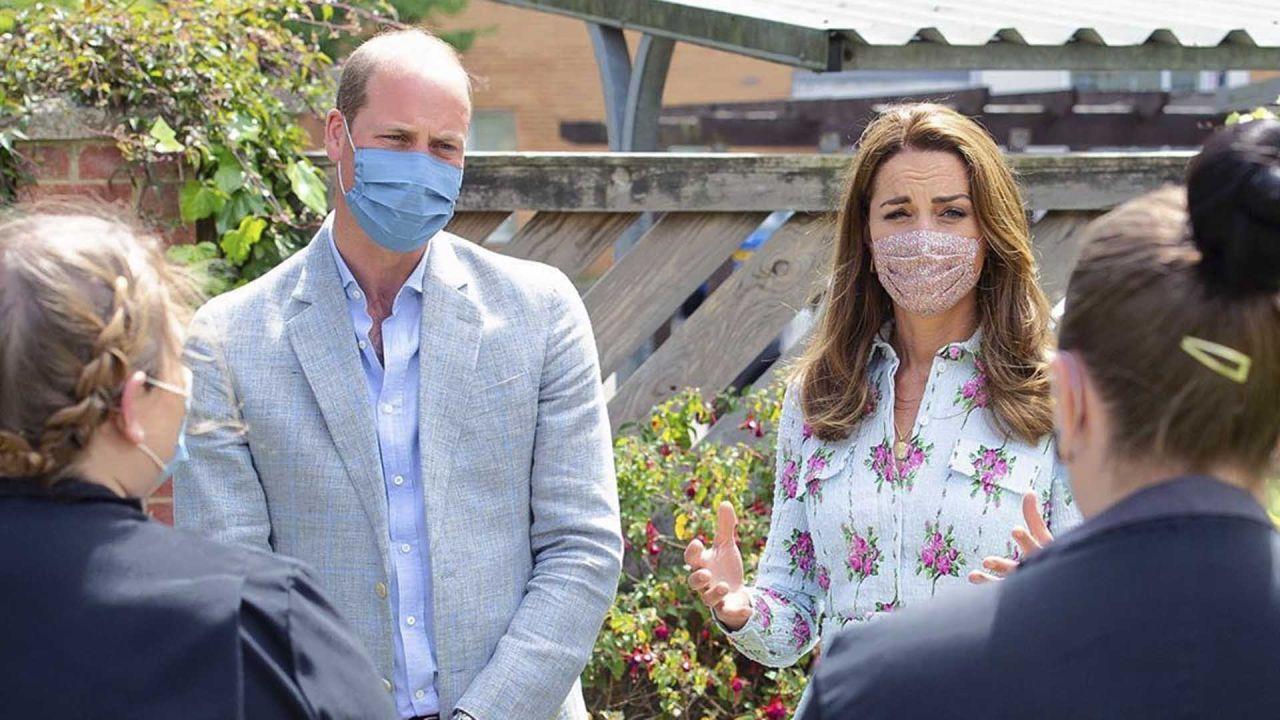 Los duques de Cambridge, la pareja real ideal. Kate marca tendencia aún con su tapabocas. | Foto:Cedoc.
