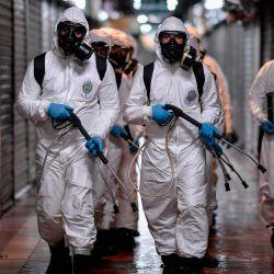 Soldados de la IV Región Militar de las Fuerzas Armadas de Brasil participan en la limpieza y desinfección del Mercado Municipal en Belo Horizonte, estado de Minas Gerais, Brasil, en medio de la pandemia del coronavirus COVID-19.   Foto:DOUGLAS MAGNO / AFP
