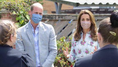 Los duques de Cambridge, la pareja real ideal. Kate marca tendencia aún con su tapabocas.