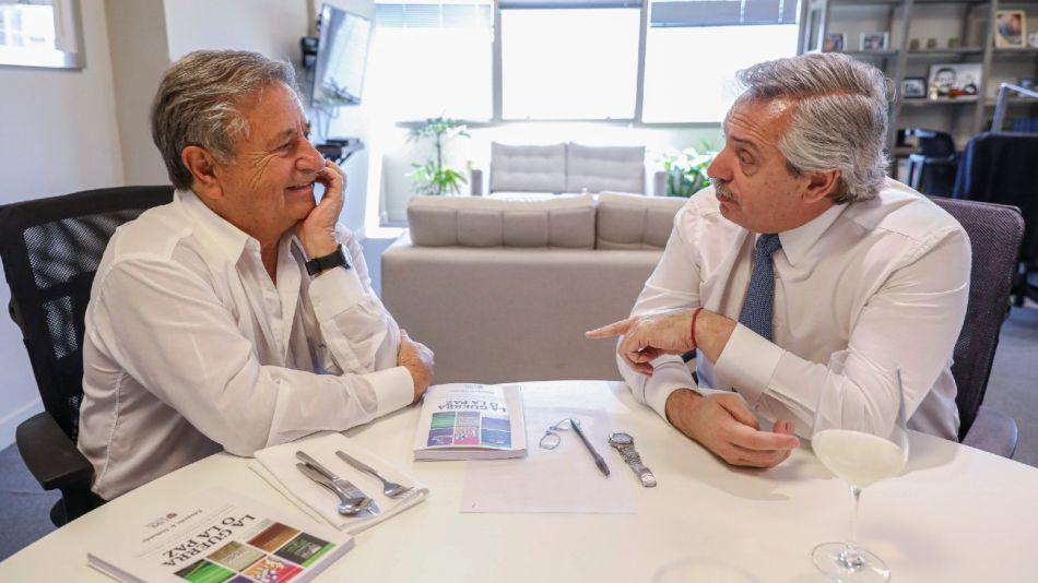 Alberto Fernández, antes de asumir la presidencia, junto a Eduardo Duhalde, en 2019