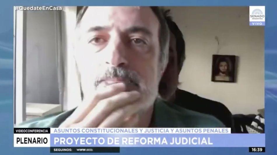 VIDEO: Esteban Bullrich usó una gigantografía para ausentarse de la sesión