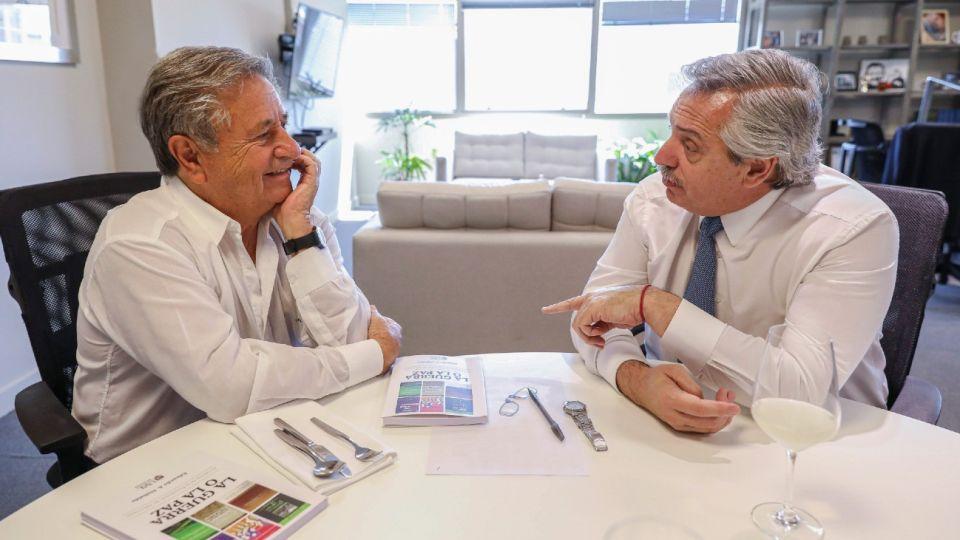 Alberto Fernández, antes de asumir la presidencia, junto a Eduardo Duhalde, en 2019.