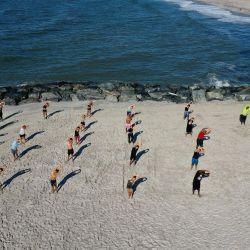 Vista aérea de los miembros del Jetty Fitness Club entrenando con lo que ellos llaman un entrenamiento de    Foto:Al Bello / Getty Images / AFP