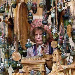 El artista británico Grayson Perry posa con una edición inédita de su obra de arte 'La tumba del artesano desconocido' durante un photocall en el Museo Británico de Londres, antes de la reapertura del museo al público. | Foto:Tolga Akmen / AFP