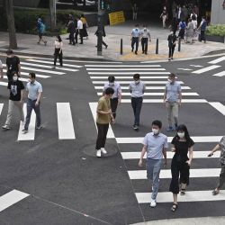 Personas con mascarillas cruzan una calle en Seúl. | Foto:Jung Yeon-je / AFP