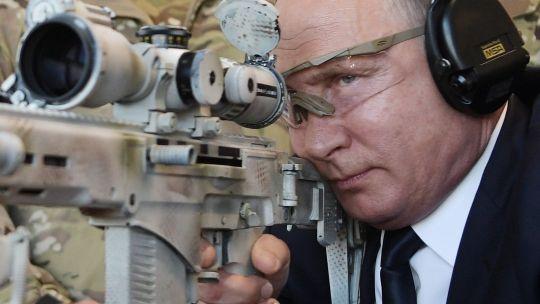 Putin muestra su puntería de francotirador con el rifle Kalashnikov.