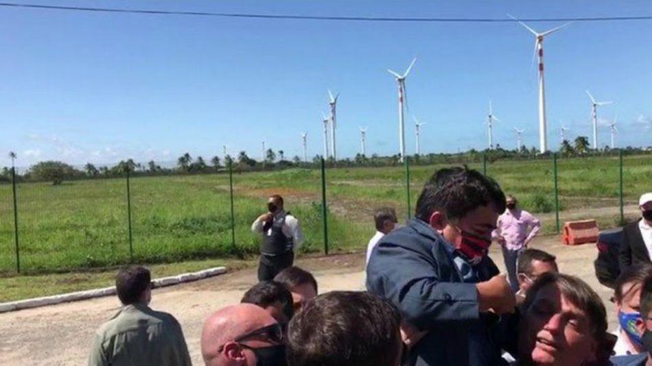 Bolsonaro haciendo upa a una persona con enanismo.