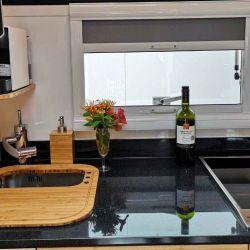 La cocina es pequeña, pero cuenta con lo justo y necesario, anafe de inducción de dos fuegos, fregadero y heladera.