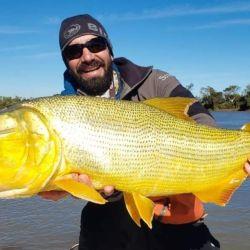 Esquina está con grandes dorados. Pescamos ejemplares de 8 kilos.