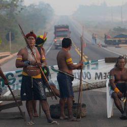 Miembros del grupo indígena Kayapo bloquean la carretera BR163 durante una protesta en las afueras de Novo Progresso en el estado de Pará, Brasil, en medio de la pandemia del nuevo coronavirus COVID-19. | Foto:JOÃO LAET / AFP