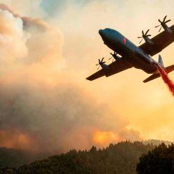 Un avión arroja retardante de fuego en una cresta durante el incendio de Walbridge, parte del incendio más grande del Complejo Relámpago LNU mientras las llamas continúan propagándose en Healdsburg, California. | Foto:JOSH EDELSON / AFP