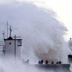 Las olas chocan contra el malecón en Porthcawl, Gales del Sur, cuando la tormenta Ellen trae fuertes vientos en todo el país. - Se establecieron advertencias meteorológicas en todo el Reino Unido, ya que se espera que la tormenta Ellen traiga ráfagas de hasta 70 mph a las áreas costeras donde las mareas primaverales pueden provocar grandes olas y aumentar el riesgo de inundaciones. | Foto:GEOFF CADDICK / AFP