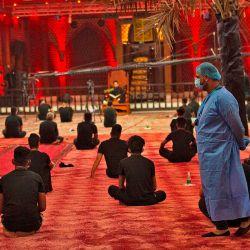Los iraquíes respetan el distanciamiento social en una mezquita, cuando los musulmanes chiítas comienzan a marcar Ashura bajo nuevas pautas de salud para limitar el riesgo de exposición al virus Covid-19. | Foto:Hussein Faleh / AFP