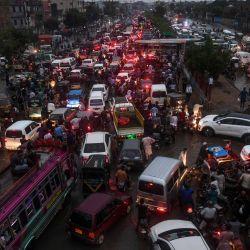 Los automovilistas están atrapados en el tráfico en una calle inundada después de las fuertes lluvias monzónicas en la ciudad portuaria de Karachi en Pakistán. | Foto:Asif Hassan / AFP