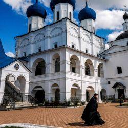 Un sacerdote ortodoxo ruso cruza un patio del convento de Vysotsky fundado en 1374 en la ciudad de Serpukhov, a unos 95 km de Moscú. | Foto:Yuri KADOBNOV / AFP