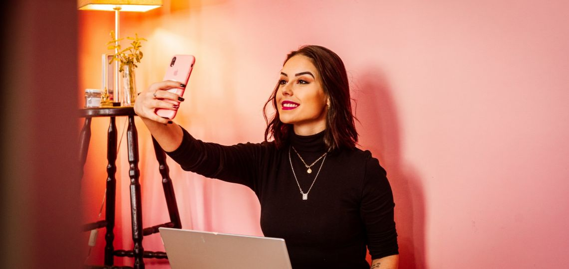 Home office: cómo realizar el maquillaje ideal para una videollamada