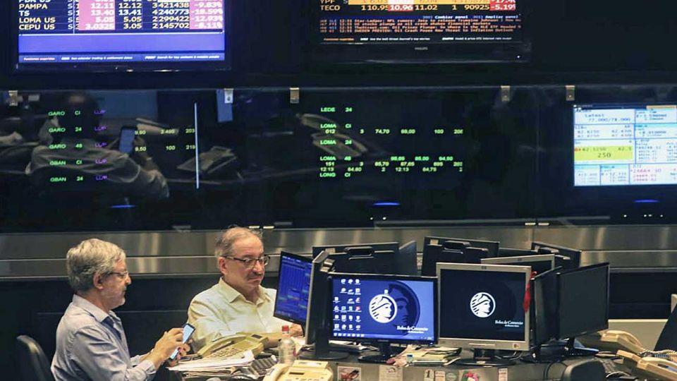 Bolsa. El CCL y el MEP, los dólares vinculados a títulos, marcaron nuevas subas esta semana.
