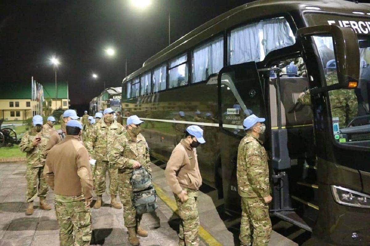 El primer grupo de la FTA 56 aborda los micros que los llevaron hasta Ezeiza para tomar el vuelo de Aerolíneas Argentinas.