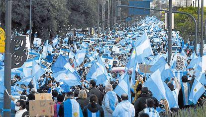 17A. Desoyendo la cuarentena, miles de personas salieron a la calle contra la reforma judicial.