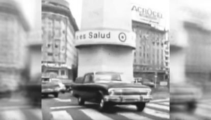 """Obelisco. El cartel """"El silencio e salud"""", parte de la campaña de terror de la Triple A en 1974/75."""
