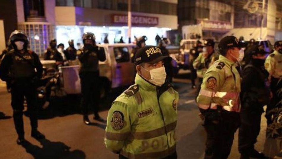 Policía frente a la discoteca en la que una fiesta clandestina terminó en tragedia.