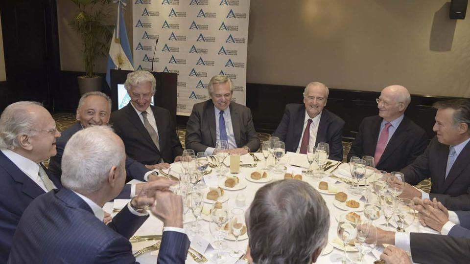 En AEA. Ya como Presidente, Alberto Fernández compartió almuerzo con dueños de empresas. A su derecha, Campos y Magnetto.