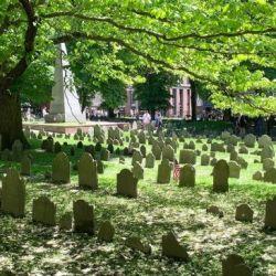 El cementerio del parque Boston Common, inaugurado en 1634, alberga mucha historia. Foto: Verena Wolff/dpa