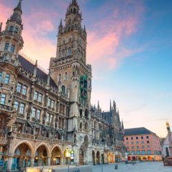 El principal atractivo turístico es su centro histórico gira en torno a la Marienplatz.