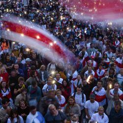Los partidarios de la oposición se manifiestan para protestar contra los resultados de las elecciones presidenciales en disputa en la Plaza de la Independencia en Minsk. | Foto:Sergei Gapon / AFP