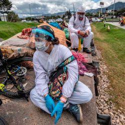 Trabajadores ferroviarios con mascarillas recogen basura dejada por personas sin hogar en las vías del tren en Bogotá, en medio de la pandemia del coronavirus COVID-19. | Foto:Juan Barreto / AFP