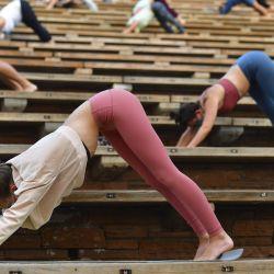 Las personas participan en una sesión de yoga matutina en el Anfiteatro Red Rocks en Morrison, Colorado.   Foto:Mark Makela / Getty Images / AFP