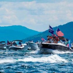 Cientos de navegantes desfilan en el lago Winnipesaukee para apoyar al presidente de los Estados Unidos, Donald Trump, en Laconia, New Hampshire. | Foto:Joseph Prezioso / AFP