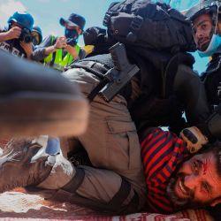Miembros de las fuerzas de seguridad israelíes arrestan a un manifestante palestino durante una manifestación para protestar contra el plan de Israel de anexar partes de la ocupada Cisjordania, en la aldea de Haris, al suroeste de Nablus. | Foto:JAAFAR ASHTIYEH / AFP