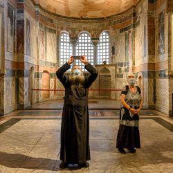 Un sacerdote y una mujer visitan el Museo de Chora o Kariye, formalmente la Iglesia del Santo Salvador, una iglesia ortodoxa griega bizantina medieval, en el distrito de Fatih en Estambul. | Foto:BULENT KILIC / AFP