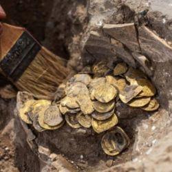 El tesoro se enterró en una vasija de barro y contiene 425 monedas, la mayoría del periodo Abasí.
