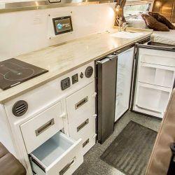 La cocina está equipada con anafes eléctricos, fregadero y heladera.