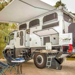 Por fuera, el vehículo tiene varios compartimentos para almacenar equipo o víveres.