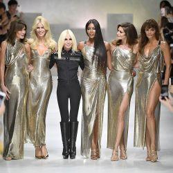 Al lado de Carla Bruni y junto a Donatella Versace en una pasada final 100% glamour.