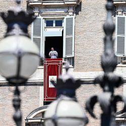 El Papa Francisco se dirige a los fieles desde la ventana del palacio apostólico con vista a la Plaza de San Pedro en el Vaticano durante la oración semanal del Ángelus, dentro de la infección COVID-19, causada por el nuevo coronavirus.   Foto:Vincenzo Pinto / AFP