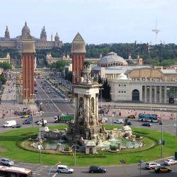La gran Plaza Circular de Barcelona es mundialmente conocida por su inmenso banco decorado con mosaicos.