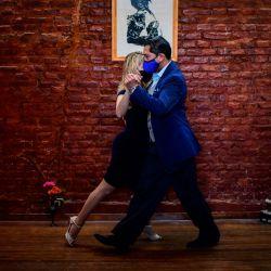 Veronica Pascual Y Sergio Saucet bailan tango en su casa de Buenos Aires. - Saucet y Pascual compiten en el Campeonato Mundial de Baile de Tango que se realiza en la ciudad de Buenos Aires. Bailarines de todo el mundo competirán a partir del miércoles en un inédito mundo virtual de tango.   Foto:Ronaldo Schemidt / AFP