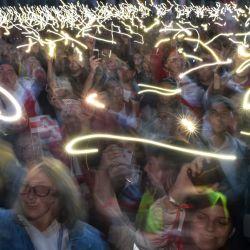 Los partidarios de la oposición sostienen sus teléfonos móviles con linternas encendidas durante una manifestación para protestar contra los disputados resultados de las elecciones presidenciales en Minsk.   Foto:Sergei Gapon / AFP