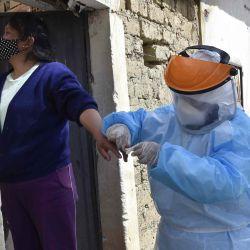 Un trabajador de salud realiza una prueba de COVID-19 a una mujer durante un barrido epidemiológico, visitando casa por casa en La Paz, con el fin de detectar casos del nuevo coronavirus y poder tratarlos en sus domicilios. para evitar el colapso del sistema de salud.   Foto:AIZAR RALDES / AFP