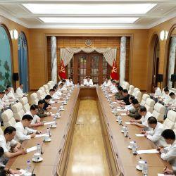 El líder norcoreano Kim Jong Un asiste a una reunión del buró político y el consejo de política ejecutiva del Séptimo comité central del Partido de los Trabajadores de Corea en Pyongyang.   Foto:AFP
